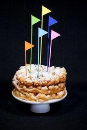Torta especial alusiva al parque temático Six Flags que celebrará su segundo Día Anual de la Funnel Cake el jueves 16 de julio de 2015 en su sede de Uper Marlboro, Maryland.