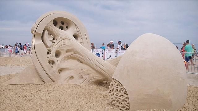 """""""Double Vision"""", de Rusty Croft, fue la escutura ganadora en la edición 2014 del festival de esculturas de arena en Revere Beach."""