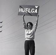 Dolores Huerta sostiene una pancarta al principio de la huelga de los trabajadores de recogida de la uva en Delano, California, en 1965. La huelga y el boicot que siguió llamó la atención de todo el país sobre la situación de los trabajadores del campo.