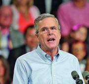Jeb Bush (R) favorece una reforma migratoria que permita a los indocumentados obtener su residencia permanente.