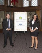 Flor Jasmin Cruz y Joe Ávila, gerente de relaciones comunitarias de Ford Company Fund, que subsidia el Programa de Embajadores.