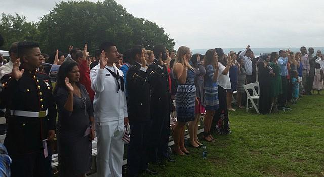 VIRGINIA. Cien inmigrantes juramentan como ciudadanos estadounidenses el 4 de Julio en la histórica casa de George Washington, en Mount Vernon.
