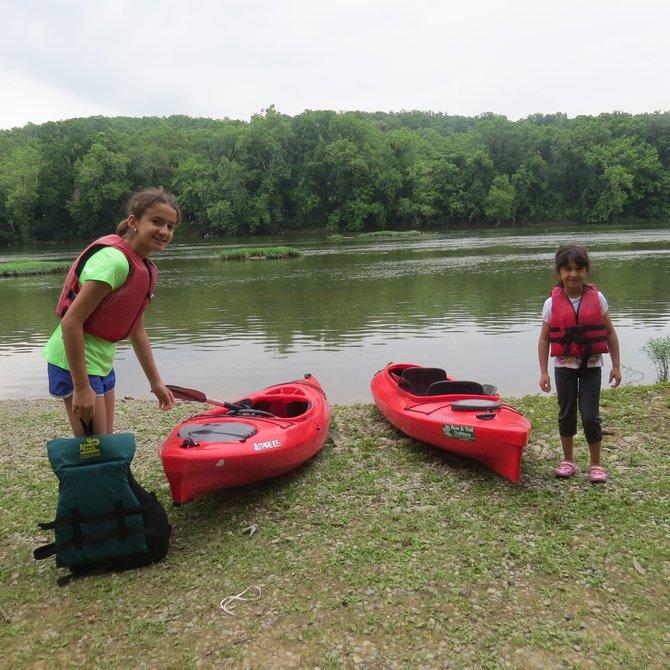 Niñas se preparan para pasear en kayak en el Río Shenandoah.