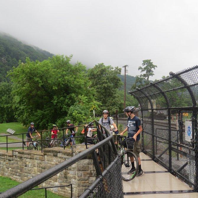 Ciclistas disfrutan el paisaje en un puente en la zona de Harpers Ferry entre los ríos Shenandoah y Potomac.