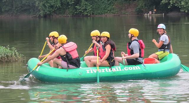 """Un grupo de jóvenes navega por el Río Shenandoah rumbo a los rápidos para realizar el """"raftling"""" en aguas blancas como parte de su travesía con River & Trail Outfitters en la zona de Harpers Ferry, WV."""