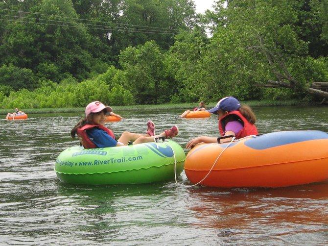 Un paseo tranquilo y apto para visitantes de todas las edades es desplazarse en salvavidas por el Río Shenandoah.