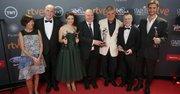 """Productores, actores y otros componentes de """"Relato Salvaje"""" posan con los cuatro Premios Platino del Cine Iberoamericano."""