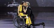El actor Imanol Arias besa a Aurelia Fernández durante la ceremonia de entrega de la segunda edición de los Premios Platino del Cine Iberoamericano.