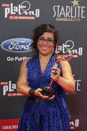 """La directora venezolana de """"La distancia más larga"""", Claudia Pinto, con el Premio Platino Camilo Vives a la Mejor Opera Prima de Ficción Iberoamericana"""