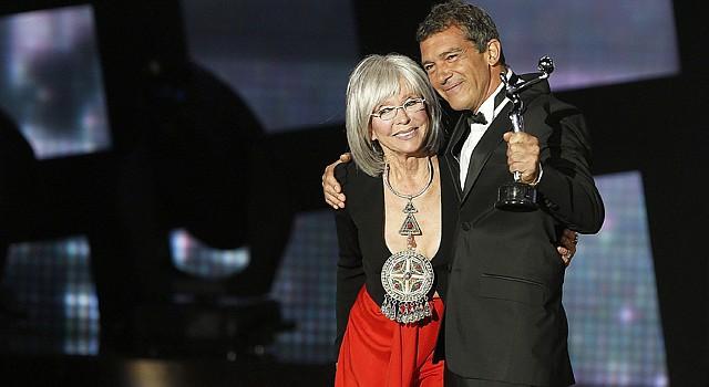 El actor Antonio Banderas recibe de manos de la actriz y cantante puertorriqueña, Rita Moreno, el premio Platino de Honor por toda su carrera, durante la ceremonia de entrega de la segunda edición de los Premios Platino del Cine Iberoamericano el sábado 18 de julio de 2015.