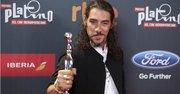 """El actor español Oscar Jaenada, con el premio al Mejor Actor por su interpretación en """"Cantinflas"""", tras la ceremonia de entrega de la segunda edición de los Premios Platino del Cine Iberoamericano"""