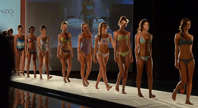 Modelos, el viernes 17 de julio, presentan diseños de la firma peruana San Lorenzo Bikinis, durante el Miami Swim Week 2015.