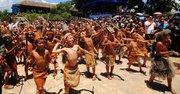 Un grupo de jóvenes vestidos de indígenas participa en la conmemoración del Día al indio Lempira hoy, lunes 20 de julio de 2015, en el municipio de Gracias, departamento de Lempira al oeste de Honduras.