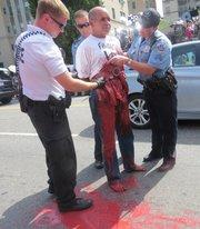 Danilo Maldonado fue detenido al protestar contra la apertura de la embajada de Cuba en Washington. Se reventó una bolsa de pintura roja adherida a su cuerpo.