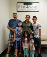 Roxana Orellana con su familia el 21 de julio antes de testificar ante el Concejo de Frederick en Maryland.