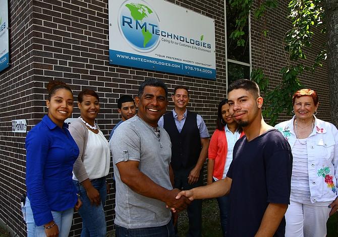 Emprendedor dominicano de Lawrence crea una beca para estudiantes de ingeniería