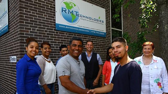 Rafael Guzmán (IZQ.) y Dimitrius Gonzalez. Atrás, miembros del equipo de RT Technologies y atoridades de Nortern Essex Community College.