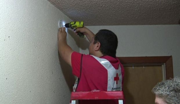 Residentes recibieron detectores de humo gracias a la Cruz Roja Americana