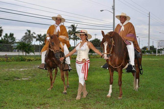 ELEGANCIA. Dayán Aldana, orgullo peruano que ha cantado en la Casa Blanca, posa con los caballos de paso de Eric Morán (Izq) dueño del Rancho el Chalán, en Virginia.