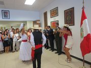 Una pareja de niños baila la tradicional marinera entonada en la voz de la cantante Dayán Aldana en el consulado general de Perú en Washington.