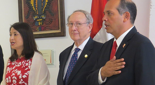 De izq. a der. la cónsul de Perú, Ana Cecilia Gervasi, el secretario de estado de Maryland John Wobensmith y el embajador de Perú, Luis Miguel Castilla el 27 de julio en el consulado general de Perú al celebrar el 194 aniversario de la independencia de Perú.