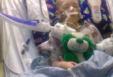 Niño de 7 años que fue torturado abrió los ojos pero sigue en coma