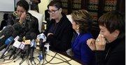 Beth Ferrier (2-i) habla junto a otras dos mujeres que aseguran haber sido abusadas por el actor estadounidense Bill Cosby, durante una rueda de prensa con la fiscal Gloria Allred (2-d).
