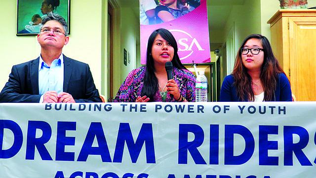 De izq a der., el director de CASA de Virginia, Lindolfo Carballo, Ixchel Hernández y Jenny Hong, el 28 de julio de 2015 explicando el movimiento a favor de una reforma migratoria de los jóvenes inmigrantes.