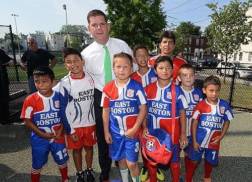 El Alcalde Walsh con niños de East Boston | FOTOS: Claudia Correa