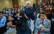 La legisladora demócrata por California, Hilda Solis, camina entre los aplausos de los estudiantes antes de comenzar su discurso en el programa R2L NextGen del Congressional Hispanic Caucus Institute el 29 de julio de 2015 en DC.