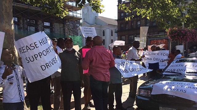 Taxistas protestando en Cambridge el 3 de agosto de 2015 para exigir regulaciones a servicios como Uber y Lyft