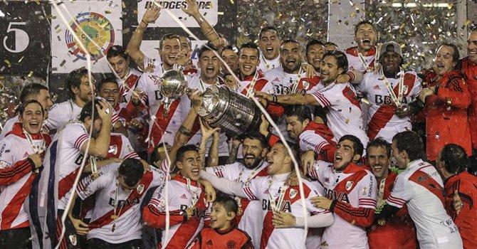 Hinchas de River Plate desafían lluvia torrencial y toman centro Buenos Aires