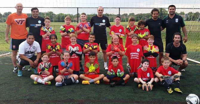 El entrenador de porteros de la selección nacional de Argentina, Gustavo Piñero (centro), con los técnicos y niños futbolistas durante una de las sesiones promovidas por Arzani Soccer en Herndon, VA.