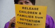 La delegada estatal de Maryland, Ana Sol Gutiérrez, sostiene un cartel contra la detención de madres y niños indocumentados durante la concentración del 10 de agosto de 2015 ante la Casa Blanca.
