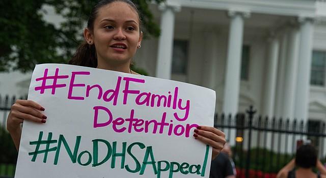 La activista Samaya Santos ante la Casa Blanca, el 10 de agosto, durante la concentración contra los centros de detencióm para madres y niños indocumentados
