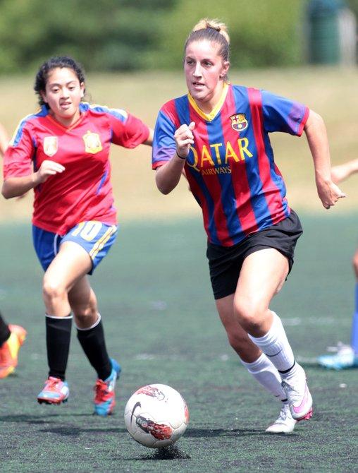 La estadounidense Paige Pierson (der.), de Las Coronitas, fue nombrada Jugadora Más Valiosa de la American Soccer League de Herndon, Virginia.