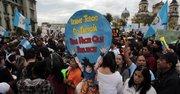 Manifestantes participan hoy, sábado 15 de agosto de 2015, en una protesta para exigir la renuncia del presidente del país, Otto Pérez Molina, y la aprobación de reformas electorales antes de los comicios generales del próximo 6 de septiembre, en el marco de una nueva jornada de protestas contra la corrupción en Ciudad de Guatemala (Guatemala).