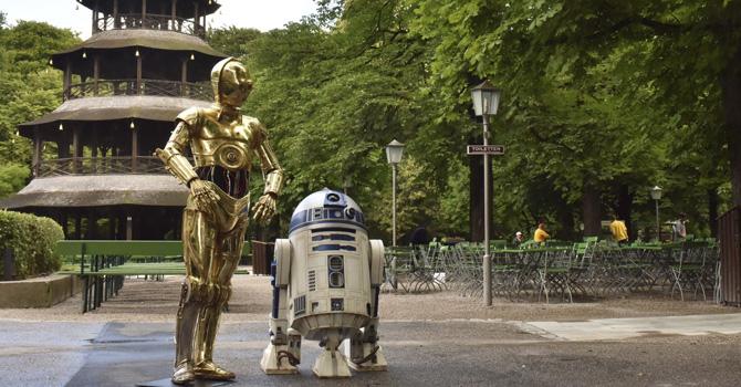 """C-3PO (izq.) y R2-D2 los robots de la trilogía """"Star Wars""""."""