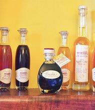 """George Johnson solía producir vino, hasta que el novio de su hija le dijo """"su vino haría un gran vinagre"""". Ahora él produce los mejores vinagres artesanales a nivel nacional. (georgepaulvinegar.com)"""