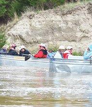 Mitch y Patty Glidden de Sandhills hotel y renta de canoas, tuvieron la brillante idea de usar los tanques metálicos donde bebe el ganado para poner a flote grupos de hasta ocho personas en las aguas tranquilas del río Middle Loup cerca de Mullen. (sandhillsmotel.com)