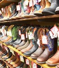"""En Valentine, Young's Western Wear es el """"proveedor de todo lo vaquero', 20,000 pies cuadrados con miles de botas, sombreros, camisas, jeans, vestidos, talabartería y equipo de rodeo. También hay artículos para el hogar, libros, bolsos y joyería. (discountwesternwear.com)"""
