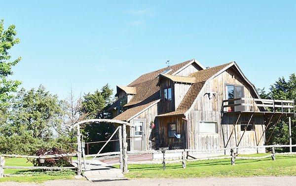 Cerca de Brewster, Lee y Beverly DeGroff operan Sandhills Guest Ranch. Tienen alojamiento y desayuno y ofrecen recorridos a campo abierto por los médanos, tanking y canotaje en el río North Loup. (308) 870-4088