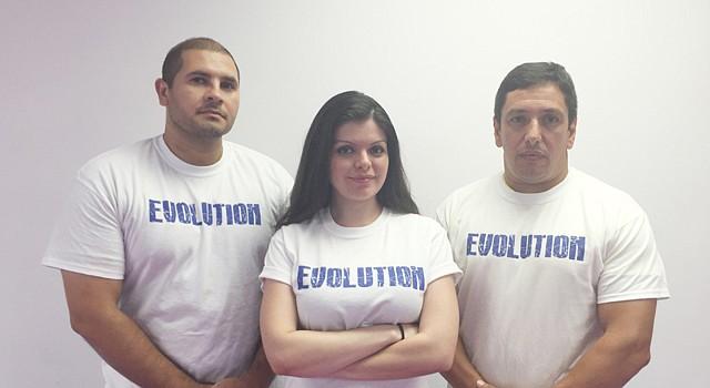 Karla Flores junto con David Abraham, izq., e Iván Nánchez a la der., imparten imparten clases de defensa personal.