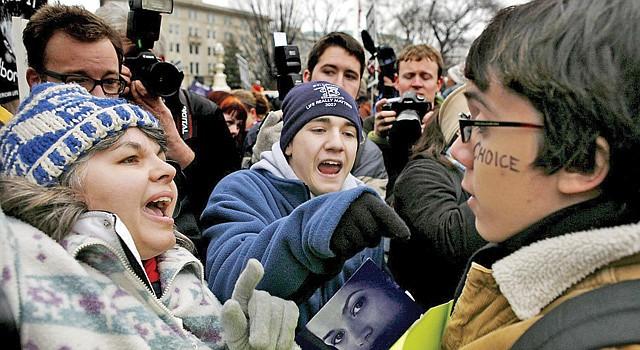 ENFRENTAMIENTO. Activistas en contra del aborto y a favor se enfrentan frente a la Corte Suprema en 2007.