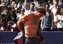 """El tenista español Rafa Nadal tuvo hoy una atípica jornada de entrenamiento en el céntrico Bryant Park de Nueva York, donde jugó hasta quedar con el torso desnudo al """"strip-tenis"""" con varios modelos de Tommy Hilfiger, marca de la que es imagen."""