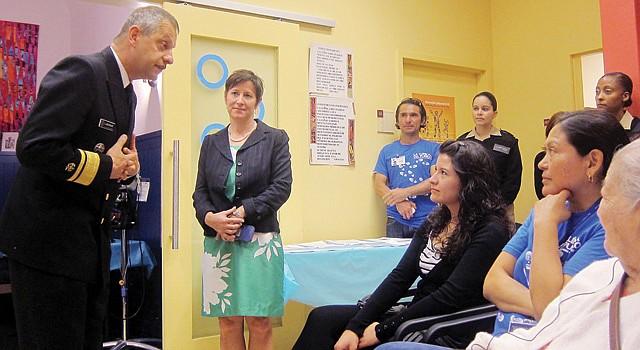 CLÍNICA. El contra almirante Boris Lushniak, médico general de EE.UU. visitó en octubre la clínica, en la imagen la directora Alicia Wilson y pacientes.