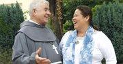 Norma Romero, coordinadora del colectivo Las Patronas, un grupo de mujeres voluntarias de Amatlán de los Reyes (Veracruz, México), y que ha sido nominado al Premio Princesa de Asturias de la Concordia conversa con el Padre Pateras Isidoro Macías de la Cruz Blanca en Algeciras (Cádiz, España).