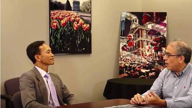 Nam Pham, jefe de la Oficina de Desarrollo Económico de la gobernación de Massachusetts, conversando con Javier Marín, conductor del programa de televisión Panorama