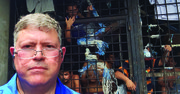 El periodista Armando Trull ante una bartolina (calabozo) en Lourdes, un cantón de Colón, en el departamento de La Libertad en El Salvador.
