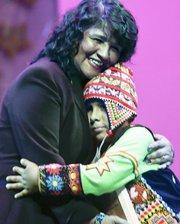 Nelly Zapata abraza al pequeño Rubén Zurita el 2 de agosto durante un reconocimiento a los niños.
